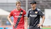 HLV Heiko Herrlich (phải) trong một buổi tập của Leverkusen.