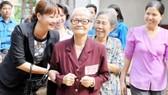 Thăm hỏi người cao tuổi tại Trung tâm dưỡng lão Thị Nghè