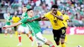 Mexico (trái) đã thất bại trước Jamaica.
