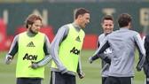 Nemanja Matic (giữa) trong buổi tập đầu tiên tại Man.United.
