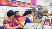 Người dân chọn mua thịt gia cầm tại siêu thị TPHCM