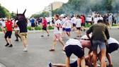 Cảnh sát Pháp bắt giữ một hooligan bên ngoài sân State de Velodrome ở Euro 2016.
