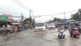 TPHCM: Mưa lớn ngập nhiều nơi, giao thông ùn ứ