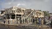 Lực lượng an ninh và cứu hộ Somalia tìm kiếm nạn nhân dưới các tòa nhà bị bom phá hủy ở Mogadishu, ngày 15-10-2017. Ảnh: AP