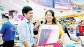 Khách hàng vừa trúng iPhone 8 plus mới nhất tại siêu thị Co.opmart Phú Lâm