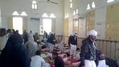 Thi thể các nạn nhân tại hiện trường vụ tấn công đền thờ Al Rawdah ngày 24-11. Ảnh: L'Espresso/TTXVN
