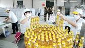 Sản xuất dầu thực vật tại một đơn vị      Ảnh: CAO THĂNG