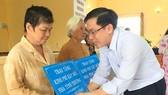 Người dân có hoàn cảnh khó khăn trên địa bàn xã Lý Nhơn nhận kinh phí hỗ trợ xây dựng nhà tình thương