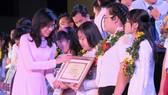 """TPHCM tuyên dương """"Sinh viên 5 tốt"""" và """"Học sinh 3 tích cực"""" năm 2017"""