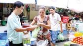 Tiểu thương sử dụng túi ni lông trong hoạt động mua bán tại một chợ ở TPHCM            Ảnh: THÀNH TRÍ
