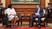 Chủ tịch UBND TP Nguyễn Thành Phong tiếp Tổng Lãnh sự Cuba tại TPHCM Indira Lopez Arguelles. Ảnh: THANHUYTPHCM.VN