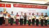 Bí thư Thành ủy TPHCM Nguyễn Thiện Nhân trao bằng khen cho các tập thể có thành tích xuất sắc trong công tác dân vận