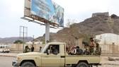 Các tay súng thuộc lực lượng ly khai miền nam Yemen tuần tra tại Aden ngày 28-1. Nguồn: TTXVN