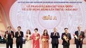 Đồng chí Trần Quốc Vượng và đồng chí Võ Văn Thưởng trao giải A cho các tác giả đoạt giải
