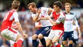 Kane (giữa) sẽ được  các hậu vệ Arsenal chăm sóc kỹ