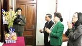 Chủ tịch Quốc hội Nguyễn Thị Kim Ngân và Phó Chủ tịch Quốc hội Đỗ Bá Tỵ đến dâng hương  tưởng nhớ Bác Hồ tại Nhà 67 thuộc Khu Di tích Chủ tịch Hồ Chí Minh tại Phủ Chủ tịch    Ảnh: TTXVN