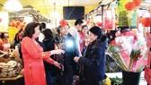Người Việt tham gia phiên chợ ngày tết tổ chức tại chùa Phúc Lâm ở Đức          Ảnh: Minh Đan