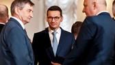 Thủ tướng Ba Lan Mateusz Morawiecki (giữa). (Nguồn: Getty)
