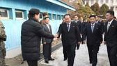 Phái đoàn Triều Tiên bước qua biên giới đến Hàn Quốc đàm phán hồi tháng 1/2018. Ảnh: EPA