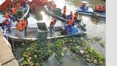 Vớt rác trên kênh Nhiêu Lộc - Thị Nghè hưởng ứng Chiến dịch Giờ Trái đất 2018                  Ảnh: CAO THĂNG