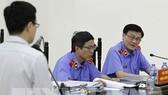 Phó Viện trưởng Viện Kiểm sát nhân dân Cấp cao tại Hà Nội Lê Tư Quỳnh - đại diện Viện Kiểm sát đặt câu hỏi cho ông Trần Thanh Quang - cựu Phó TGĐ Oceanbank tại phiên tòa. Ảnh: TTXVN