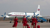 Các tiếp viên hàng không và máy bay của hãng Air Koryo Triều Tiên (Ảnh: Paul Filmer)