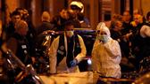 Cảnh sát điều tra hiện trường vụ tấn công khủng bố bằng dao ở trung tâm Paris, Pháp, ngày 12-5-2018. ẢNH: AP
