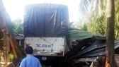 Xe tải mất lái tông sập nhà dân, 3 người cấp cứu