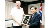 Chủ tịch UBND TPHCM Nguyễn Thành Phong tặng quà Bộ trưởng Thương mại và Đầu tư nước ngoài Cuba Rodrigo Malmierca Diaz