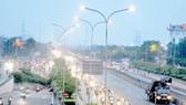 Đèn Led tiết kiệm điện, hạn chế nhiều ô nhiễm ánh sáng trên quốc lộ qua quận Bình Tân, TPHCM    Ảnh: THÀNH TRÍ