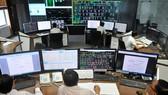 Vận hành cung cấp điện và quản lý lưới điện tại Trung tâm điều khiển điện Tổng Công ty Điện lực TPHCM.       Ảnh: THÀNH TRÍ