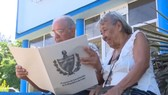 Người dân Cuba tìm hiểu về dự thảo Hiến pháp mới tại La Habana ngày 31/7. (Ảnh: TTXVN)