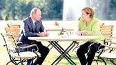 Tổng thống Nga Vladimir Putin và Thủ tướng Đức Angela Merkel hội đàm ở Schloss Meseberg