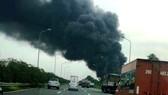 Xưởng sơn sát đại lộ Thăng Long, Hà Nội cháy lớn, xe cộ ùn tắc