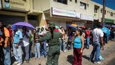 Người dân Venezuela xếp hàng mua nhu yếu phẩm. (Ảnh: Reuters)