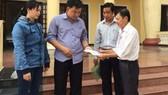 Ông Trần Văn Triều (trái ảnh) hướng dẫn cho công nhân tại Tòa án huyện Củ Chi. Nguồn: LAODONG.VN