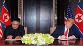 Lãnh đạo Triều Tiên (trái) và Tổng thống Mỹ tại hội nghị thượng đỉnh ở Singapore. Ảnh: Reuters.