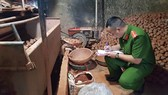 Cơ quan chức năng TP Đà Lạt lập biên bản xử lý vụ trộn đất vào khoai tây Trung Quốc để bán ra thị trường với giá cao chiều ngày 21-8-2018. Ảnh: ĐOÀN KIÊN
