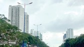 Các công trình thương mại, nhà ở cao tầng dọc xa lộ Hà Nội xây dựng không có hàng rào, kết hợp trồng cây xanh     Ảnh: HUY ANH