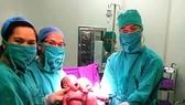 Các bác sĩ Bệnh viện Sản Nhi Quảng Ninh đón 2 trẻ sinh đôi bằng phương pháp thụ tinh trong ống nghiệm