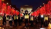 """Phe """"áo vàng"""" biểu tình tại đại lộ Champs Elysees ở Paris hôm 22/12. Ảnh: Reuters."""