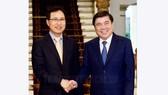 Chủ tịch UBND TP Nguyễn Thành Phong tiếp ông Choi Joo Ho, Tổng Giám đốc Công ty Sumsung Electronics Việt Nam. Ảnh: Thanhuytphcm.vn