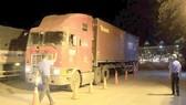 Kiểm tra tải trọng xe tại một trạm cân                  Ảnh: CAO THĂNG
