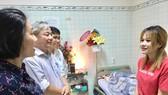 Đoàn cán bộ Thành ủy TPHCM thăm hỏi người nhà nghệ sĩ Lê Bình về sức khỏe của ông. Ảnh: hcmcpv.org.vn