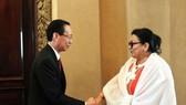 Ông Lê Thanh Liêm, Phó Chủ tịch Thường trực Ủy ban Nhân dân Thành phố Hồ Chí Minh (trái) tiếp bà Marcia Cobas, Thứ trưởng Bộ Y tế Cuba (phải). (Ảnh: TTXVN)