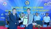 Lãnh đạo VFF cám ơn nhà tài trợ Thái Sơn Nam (phải). Ảnh: Minh Hoàng