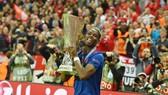 Paul Pogba nâng cao chiếc cúp vô địch. Ảnh: Daily Mail