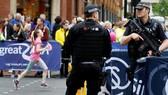 Cảnh sát bảo vệ chặt tại giải chạy bộ thiếu niên Great Manchester Run ở Manchester, Anh, ngày 28-5-2017. Ảnh: REUTERS