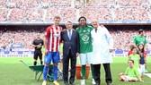 Đội trưởng Gabi, Chủ tịch Cerezo và huyền thoại Ronaldinho (từ trái sang) ở lễ chia tay sân Calderon.