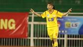 Quả bóng vàng Huỳnh Như giúp TPHCM I có chiến thắng tưng bừng, giành chức vô địch lượt đi. Ảnh: Dũng Phương